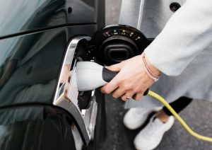 Personne recharge sa voiture