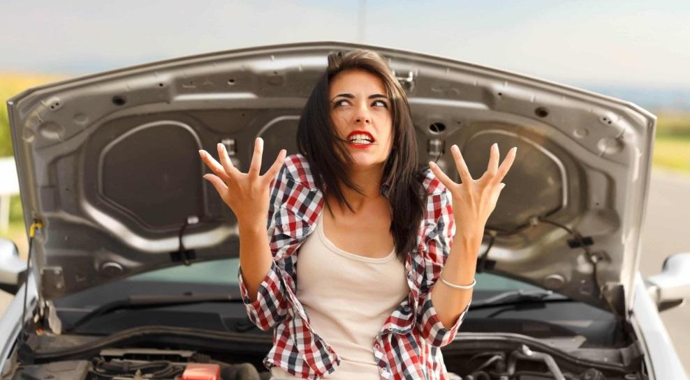Une femme devant une voiture