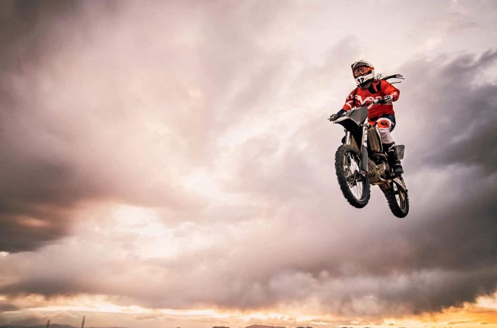 Homme sur une motocross