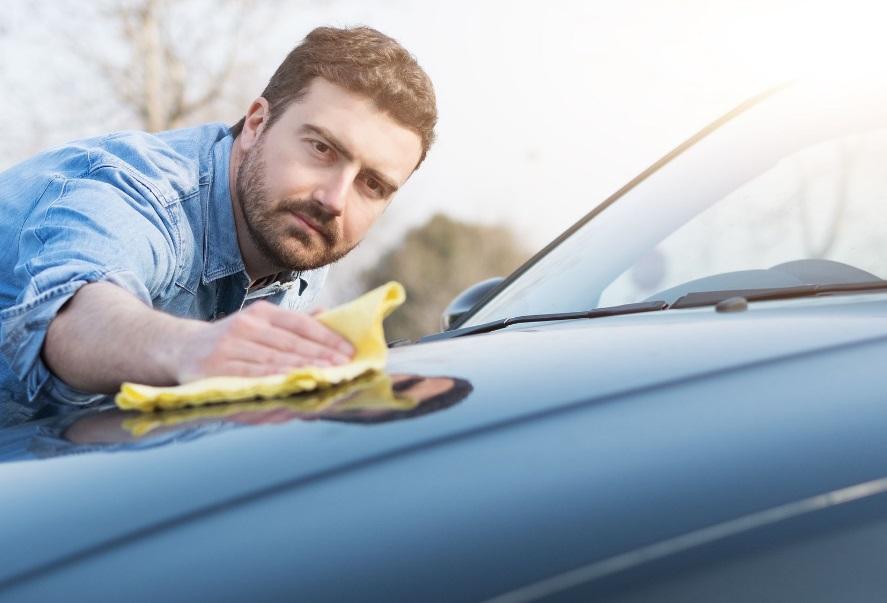 Homme qui nettoie sa voiture