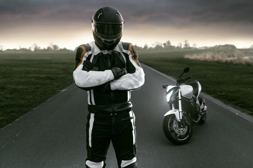 Un motard et sa moto
