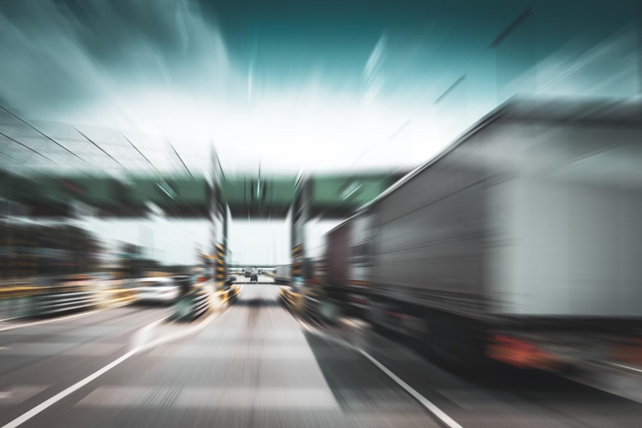 Camion arrivant aux péages sur l'autoroute