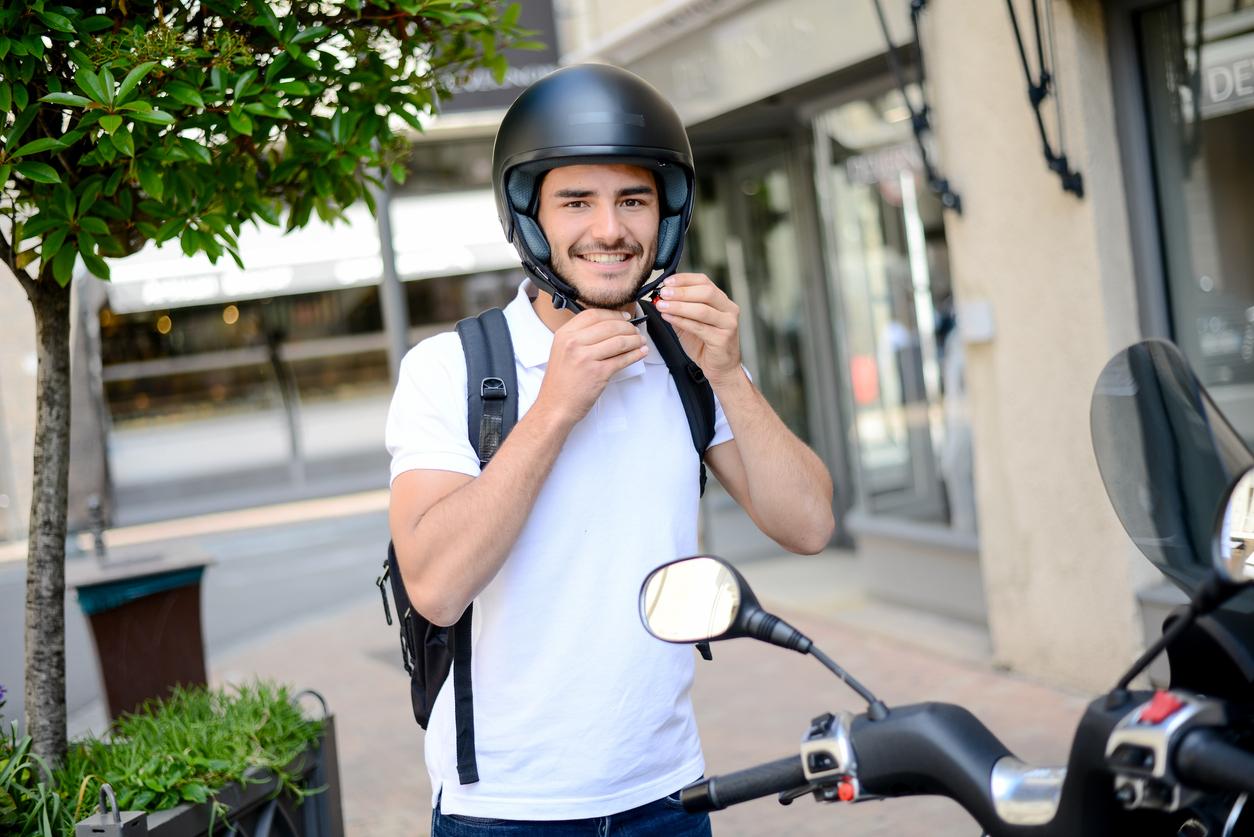 Un homme avec un casque de moto