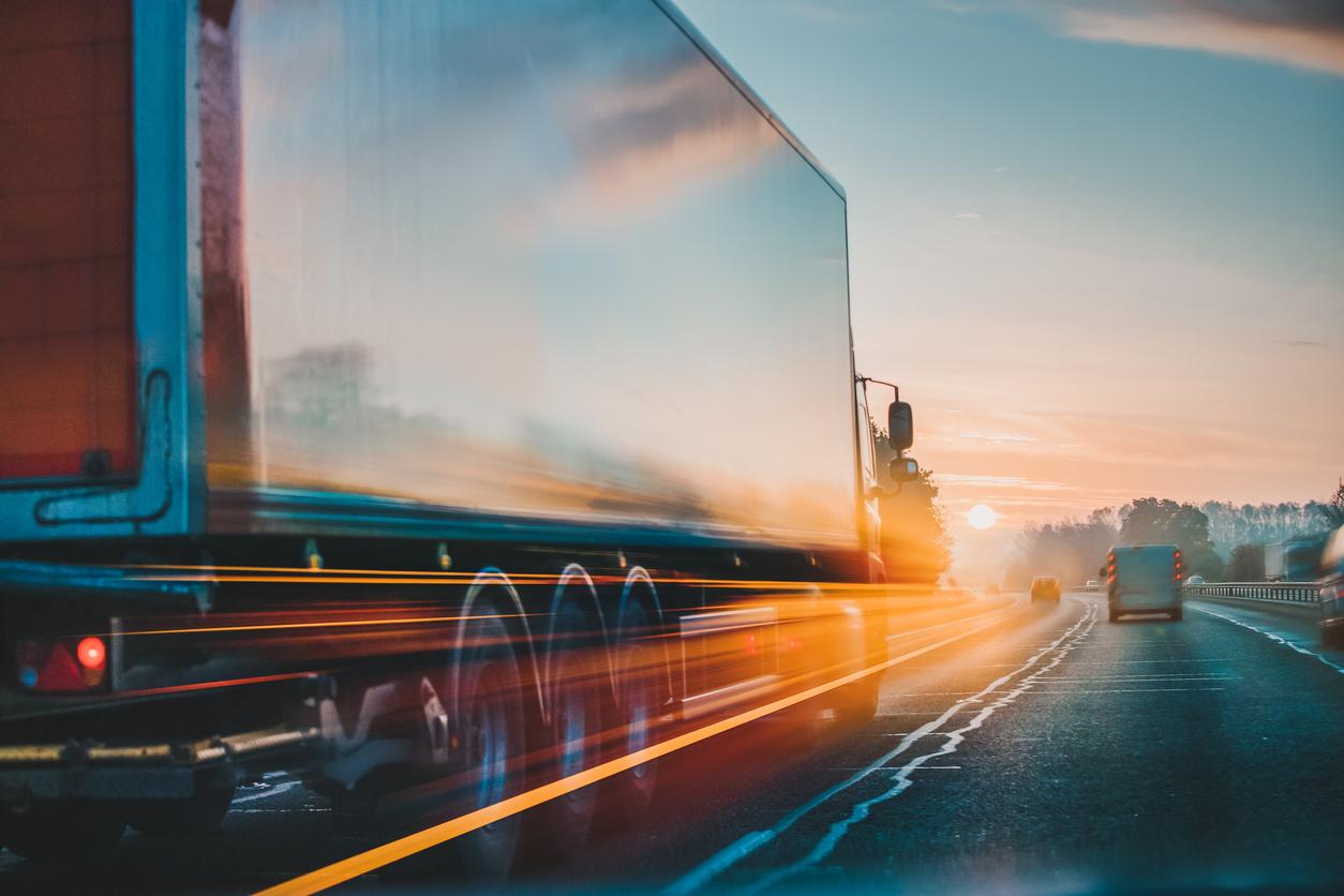 Un camion roulant sur l'autoroute