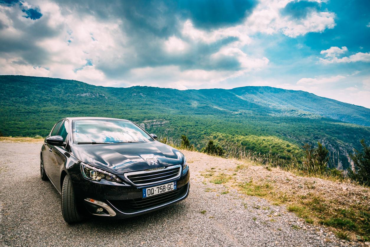 Une Peugeot avec un paysage de montagne en arrière plan
