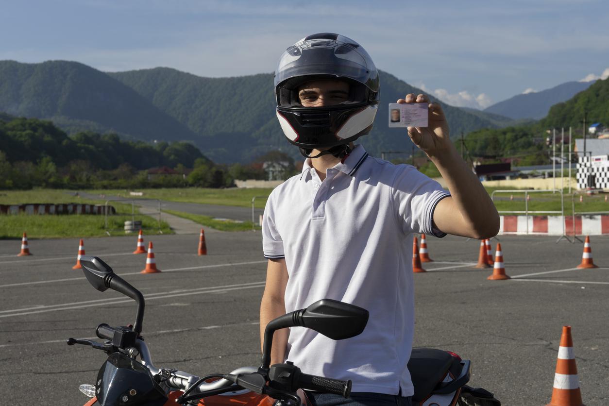 Un femme sur une moto dans un grand parking