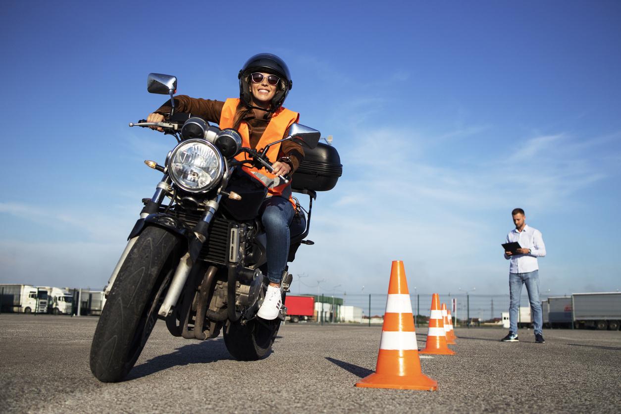 Une femme entrain de passer l'épreuve pratique du permis moto