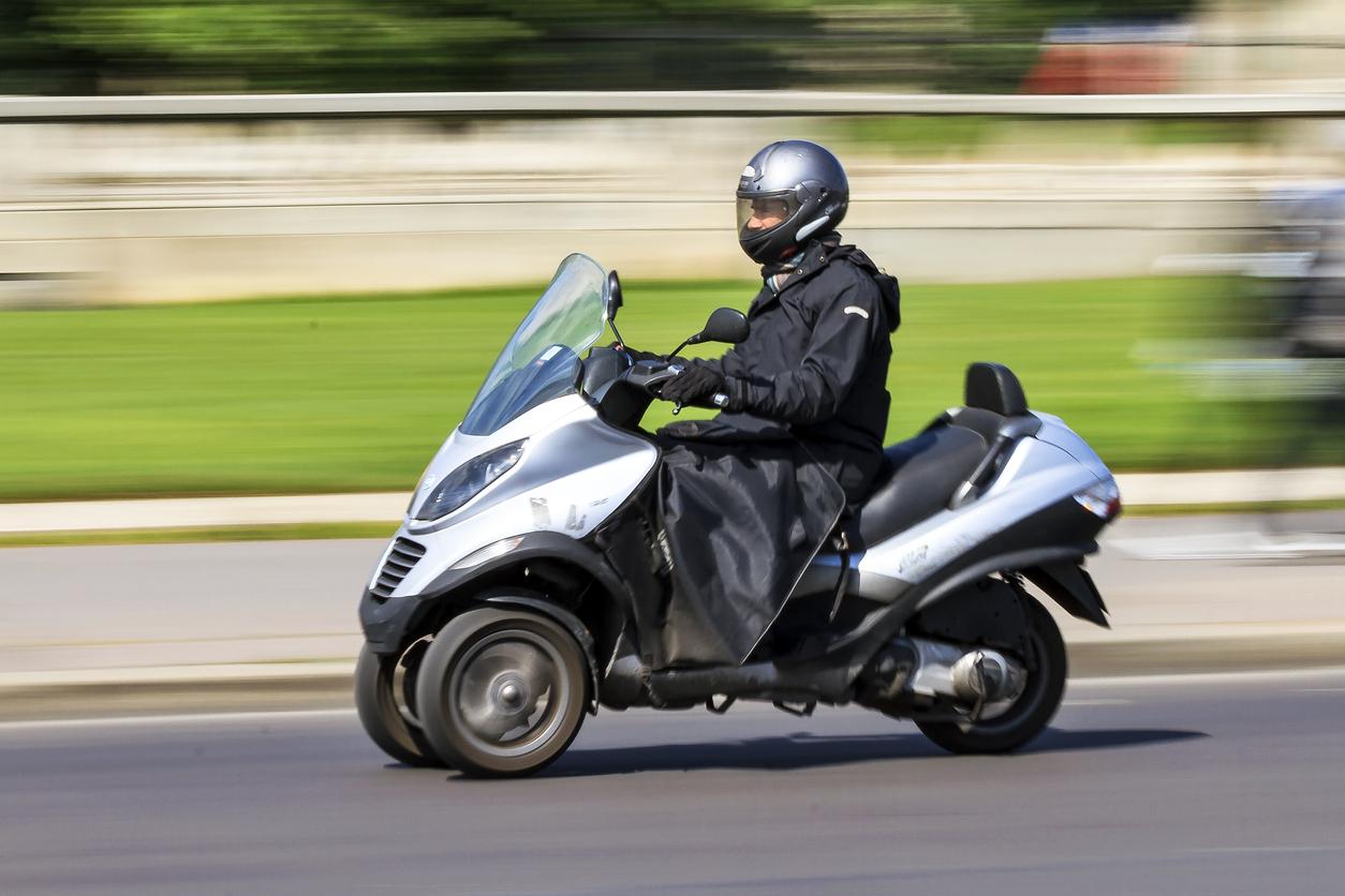 Un homme en scooter 3 roues