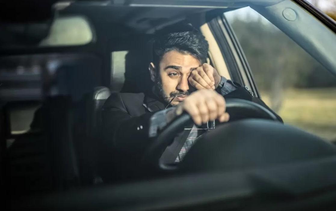 Homme fatigué qui conduit