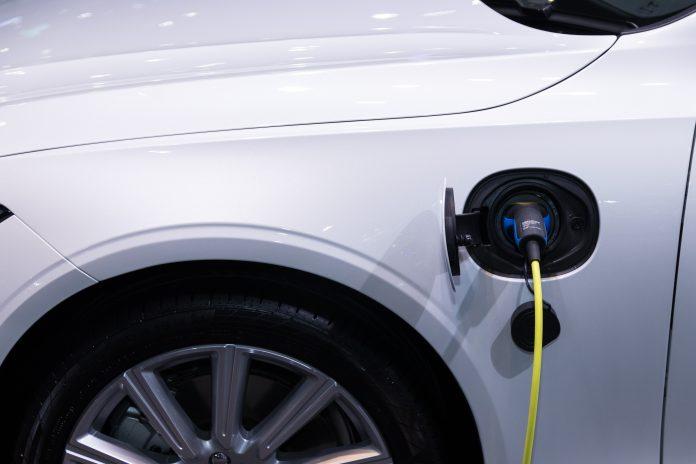 voiture électrique blanche branchement chargement