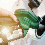 Femme qui met du carburant dans le réservoir de sa voiture